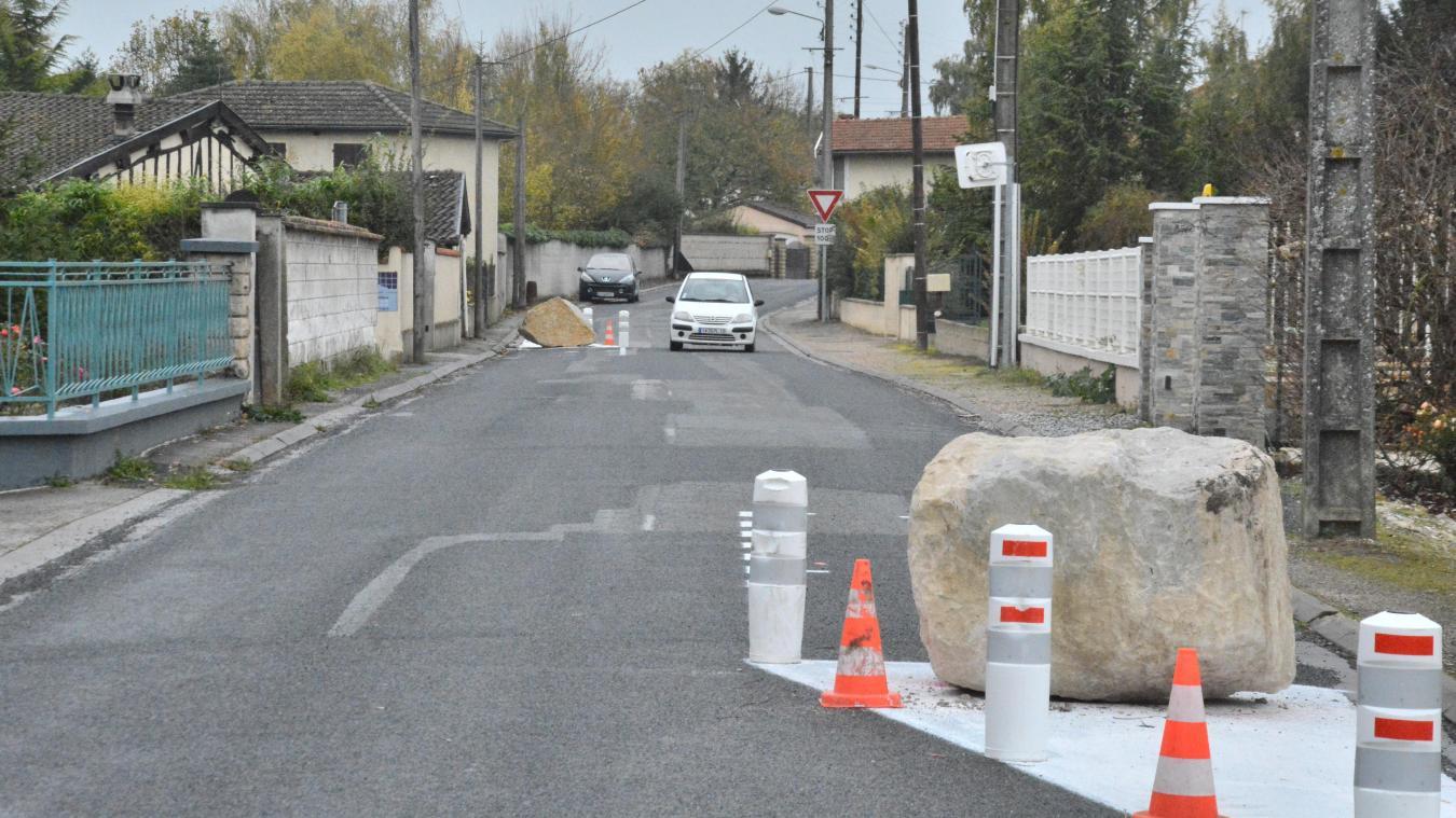 Après avoir fait posé des pierres sur les routes, la maire se fait insulter sur Facebook et porte plainte