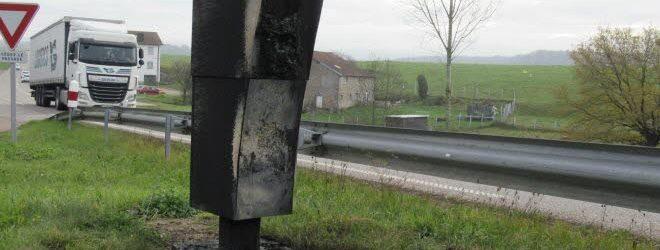 Deux radars entièrement brûlés