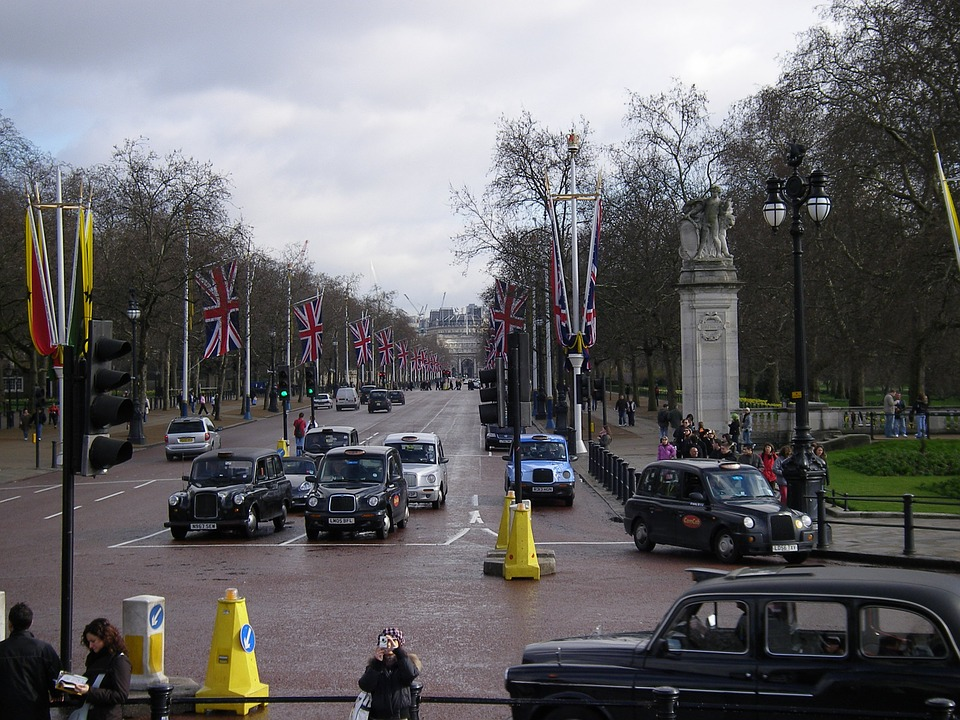 Sur injonction de la Commission Européenne, Londres crée une nouvelle taxe de 11 euros par jour pour les voitures les plus polluantes (T-Charge)